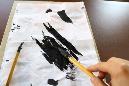 大筆の墨をふきとります