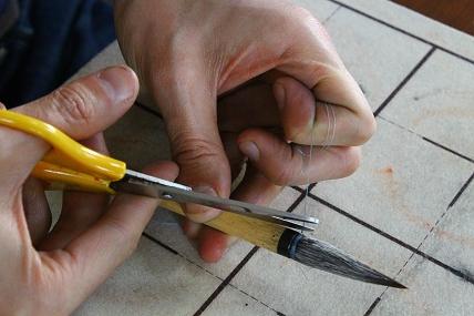 固結びができたら余分な糸を切ります